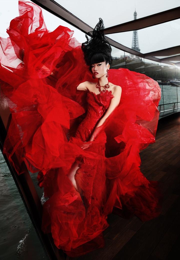 Jessica Minh Anh превратит Эйфелеву башню в подиум